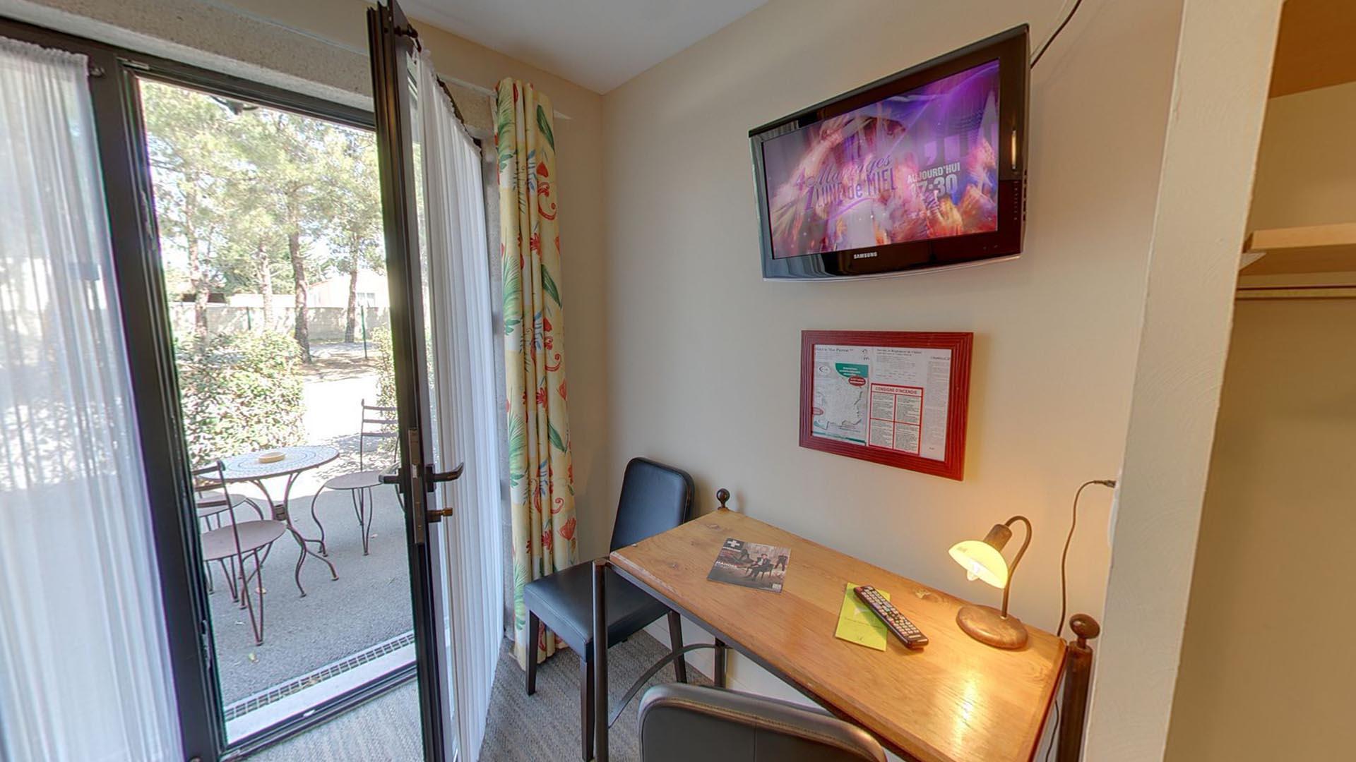 tv dans la chambre meuble tv pour chambre petit meuble pour tv maison et mobilier d intrieur. Black Bedroom Furniture Sets. Home Design Ideas